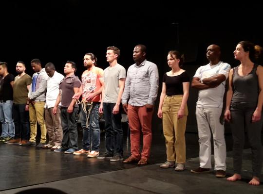 Pièce de théâtre avec des personnes demandeuses d'asile et étudiants de l'ESACT